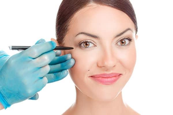 Augenlidstraffung-Unterlidstraffung bei schöner Frau